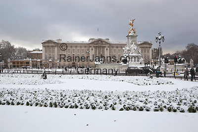 Great Britain, England, London: Buckingham Palace and the Queen Victoria Memorial in snow | Grossbritannien, England, London: Buckingham Palast und Queen Victoria Memorial im Schnee