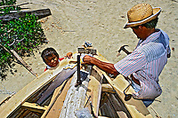 Pescador conserta barco. Mundaú Ceará. 1994. Foto de Juca Martins.
