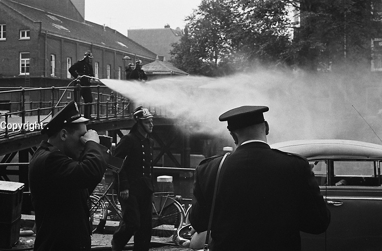 Des pompiers de Montreal, CANADA en demonstration 24 septembre 1963 en Hollande.<br /> <br /> <br /> Demonstration fire brigade on the new Achtergracht with firefighters from Montreal<br /> Date September 24, 1963<br /> Keywords FIREFIGHTER, firefighters, demonstrations<br /> <br /> Photographer Gelderen, Hugo van / Anefo
