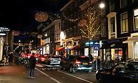 Nederland  Amsterdam 14 december 2020.  File in de PC Hooftstraat.  Foto : ANP/ HH / Berlinda van Dam