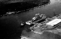 Chegada da fábrica de celulose ao projeto Jarí Macapá, Brasil.<br />1978. Foto Lúcio Flávio Pinto/Interfoto