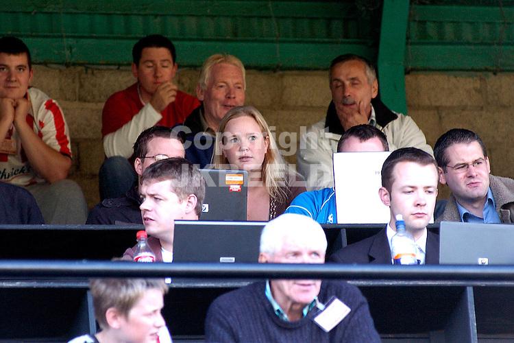 Gretna fc schotland rondt uefa cup voorronde derry city - gretna fc 24- 08 - 2006 seizoen 2006-2007 elf verslaggeefster nathalie nuijten op perstibune in derry