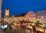Deutschland, Bayern, Niederbayern, Straubing: Christkindlmarkt auf dem Theresienplatz mit Stadtturm | Germany, Lower Bavaria, Straubing: Christmas Market at Theresien Square with City Tower