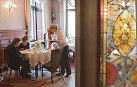 "Europe/Pologne/Lodz: Service au restaurant ""Klub Spadkolercow"" Club des Héritiers"