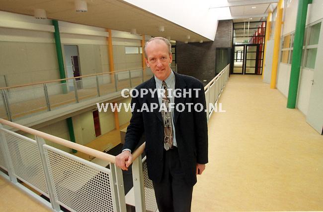 Veenendaal,01-12-98  Foto:Koos Groenewold<br />ir.Brons in nieuwe school.Felle kleuren en open ruimtes zijn zichtbaar.<br />Zie verhaal Alice van Schuppen.