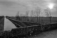 Rozzano (Milano), il Naviglio Pavese, un ponte e i campi --- Rozzano (Milan), the canal Naviglio Pavese, a bridge and the fields