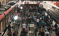 SÃO PAULO, SP, 09.03.2021:  Movimentação CPTM SP - Em meio aumento de casos e internaçõeas pela Covid -19 e o estado de São Paulo na fase vermelha com restrições de circulação. Passageiros se aglomeram na Estação da Luz da CPTM na região central da cidade de São Paulo na manhã desta terça-feira  (09).