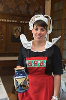 Europe/France/Bretagne/35/Ille et Vilaine/Dinard: Hôtel Printania _ Serveuse en costume traditionnel<br /> Auto N°: 2012-443  // France, Ille et Vilaine, Cote d'Emeraude (Emerald Coast), Dinard, Hotel Printania : Waitress in traditional costume Auto N°: 2012-443