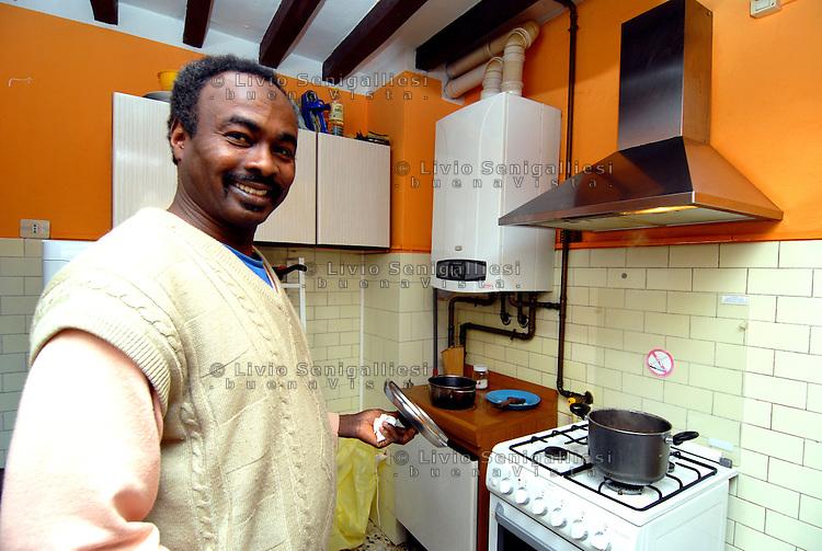 Langhirano (Parma) Italia – Un rifugiato nella sua nuova casa messa a disposizione dall'Onlus CIAC per i nuovi arrivati richiedenti asilo. Foto Livio Senigalliesi