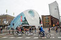 Nederland  Eindhoven 2015. Straatbeeld in het centrum van Eindhoven. Links het futuristische bouwwerk The Blob.  Foto Berlinda van Dam / Hollandse Hoogte