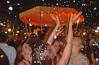 Europe/France/Aquitaine/64/Pyrénées-Atlantiques/Saint-Jean-de-Luz: Musique et confettis sur la place Louis XIV et son kiosque un soir de Toro de Fuego