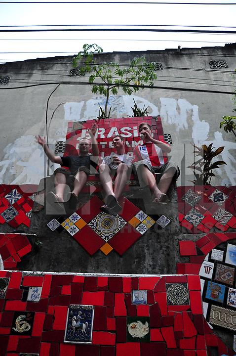 RIO DE JANEIRO, RJ, 05 DE MARÇO - BLOCO CARMELITAS - Foliões durante o tradicional bloco Carmelitas, que se apresentou na tarde de sexta-feira (04) nas ruas de Santa Tereza, centro do Rio. (FOTO:STÉPHANIE SARAMAGO/ NEWS FREE).