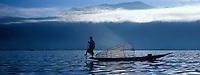 Asie/Birmanie/Myanmar/Plateau Shan/Ywathit: Lac Inle- Pêcheur sur le lac avec sa nasse conique
