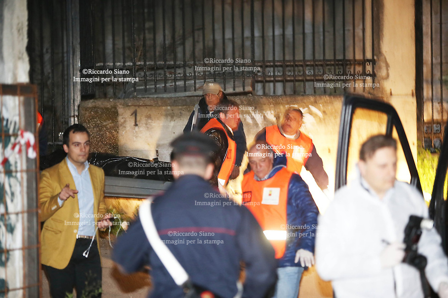 - NAPOLI 14 MAR  -  Agguato a Casandrino, in provincia di Napoli: il cadavere di Andrea Castello, 31 anni, pregiudicato di Marano di Napoli. E' stato ritrovato lungo via Lavinaio; vicino al corpo tre bossoli.