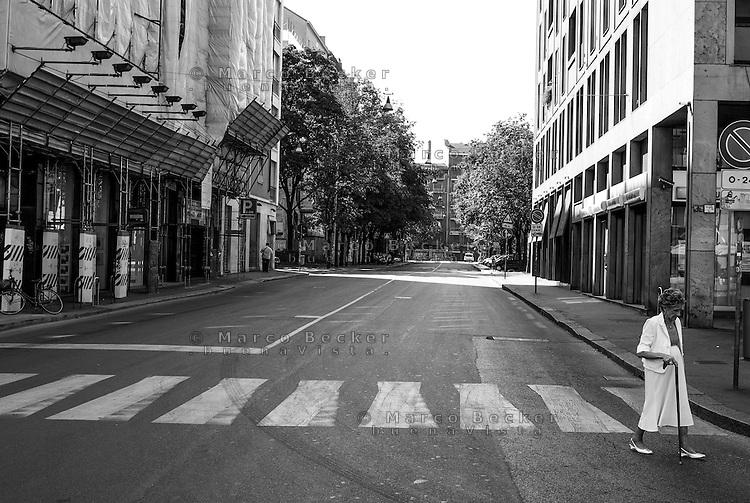 Milano, via della Moscova. Una anziana signora con bastone attraversa la strada deserta --- Milan, Moscova street. An old woman with stick crossing the empty road