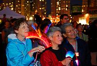 Jeudi, au coucher du soleil, l'éclairage architectural de la Tour CN a transformé de manière spectaculaire la ligne d'horizon de Toronto, au cours d'une célébration visant à présenter le nouveau système d'éclairage DEL novateur de la Tour CN tout en soulignant le début de la fin de semaine de la fête du Canada. Les milliers de personnes qui ont assisté à l'événement ont eu droit à un spectacle son et lumière saisissant d'une durée de 10 minutes, qui a permis de démontrer la pleine capacité du nouveau système. (Groupe CNW/CN Tower)