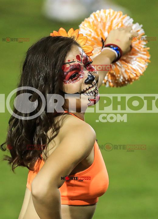 Porristas  de naranjeros bailado con la  con la cara pintada de Catrina, durante juego de beisbol de la Liga Mexicana del Pacifico temporada 2017 2018. Tercer partido de la serie entre Charros de Jalisco vs Naranjeros. 2Noviembre2017. (Foto: Luis Gutierrez /NortePhoto.com)