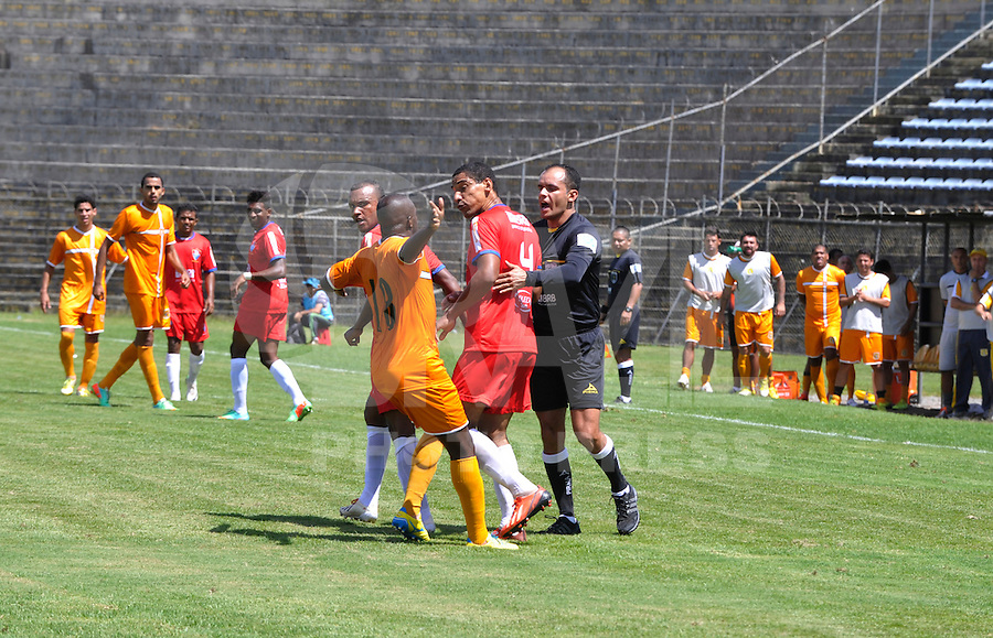 BRASILIA, DF, 20.04.2014 - CAMPEONATO CANDANGO - Lance de partida entre Brasiliense e Unai Paracatu em Brasilia neste domingo, 20. (Foto: Renato Araujo / Brazil Photo Press).