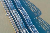 Freihafenelbbrücke: EUROPA, DEUTSCHLAND, HAMBURG, (EUROPE, GERMANY), 25.12.2020: Freihafenelbbrücke verbindet die Stadtteile Veddel und Rothenburgsort, hier endet die Seeschiffahrt und beginnt die Binnenschiffahrt im Hamburger Hafen.