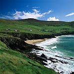 Ireland, County Kerry, The Dingle Peninsula: Slea Head, view over rugged coastline and sandy beach | Irland, County Kerry, The Dingle Peninsula: Slea Head, Kueste mit Sandstrand