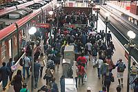 SÃO PAULO, SP, 09.03.2021:  Movimentação CPTM SP - Em meio aumento de casos e internações pela Covid -19 e o estado de São Paulo na fase vermelha com restrições de circulação. Passageiros se aglomeram na Estação da Luz da CPTM na região central da cidade de São Paulo na manhã desta terça-feira  (09).