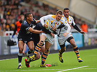 Photo: Richard Lee/Richard Lane Photography. Aviva Premiership. Newcastle Falcons v Wasps. 27/03/2016. Jimmy Gopperth of Wasps (centre) tries to shake off Marcus Watson of Newcastle Falcons and Rob Vickers of Newcastle Falcons.