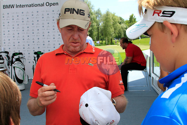 Miguel Angel Jimenez (ESP) signs autographs after finishing his round in the Pro-Am Day of the BMW International Open at Golf Club Munchen Eichenried, Germany, 22nd June 2011 (Photo Eoin Clarke/www.golffile.ie)