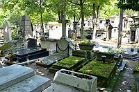 Sepulture de Jeanne Moreau au cimetiere de Montmartre (a droite, tombe fleurie) - les obseques ont eu lieu le 7 aout 2017 dans l'intimite, a quelques metres de la tombe du realisateur Francois Truffaut (a gauche granit noir) - Paris - France