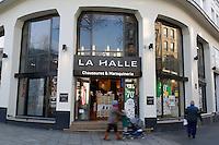 PARIS, LE 26/01/2017 - LE GROUPE VIVARTE VEND 'ANDRE' ET FERME 147 MAGASINS 'LA HALLE AUX CHAUSSURES'. 'LA HALLE AUX VETEMENTS' FUSIONNERAIT AVEC 'LA HALLE AUX CHAUSSURES' PROVOQUANT DAVANTAGES DE SUPRESSIONS D EMPLOIS . # PLAN SOCIAL AU SEIN DU GROUPE VIVARTE