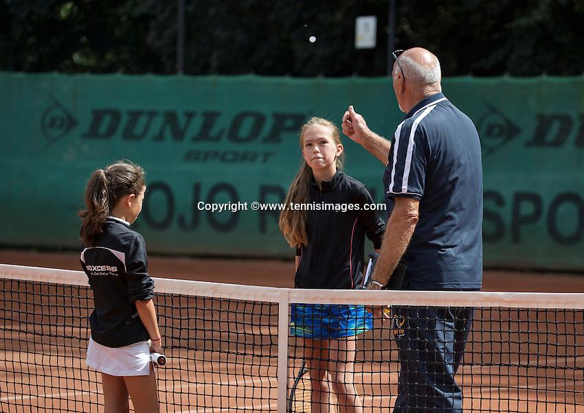 Hilversum, Netherlands, August 8, 2016, National Junior Championships, NJK, Umpire doe the toss<br /> Photo: Tennisimages/Henk Koster