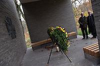 """Auf dem Gelaende des Einsatzfuehrungskommando der Bundeswehr, der Henning-von-Tresckow-Kaserne bei Potsdam, wurde am Samstag den 15. November 2014 ein Ehrenhain zum Gedenken an die im Einsatz verstorbenen Bundeswehrangehoerigen eingeweiht. Zu der Einweihung kamen 700 Gaeste, davon waren 190 Angehoerige Verstorbener.<br /> In dem """"Wald der Erinnerungen"""" sind die Gedenkhaine aus den Einsatzgebieten der Bundeswehr errichtet worden. Zum Teil originalgetreu nachgebildet von den Orten in denen die Bundeswehr eingesetzt war und Angehoerige verstorben sind.<br /> Im Bild: Kraenze im """"Ort der Stille"""".<br /> 15.11.2014, Potsdam<br /> Copyright: Christian-Ditsch.de<br /> [Inhaltsveraendernde Manipulation des Fotos nur nach ausdruecklicher Genehmigung des Fotografen. Vereinbarungen ueber Abtretung von Persoenlichkeitsrechten/Model Release der abgebildeten Person/Personen liegen nicht vor. NO MODEL RELEASE! Don't publish without copyright Christian-Ditsch.de, Veroeffentlichung nur mit Fotografennennung, sowie gegen Honorar, MwSt. und Beleg. Konto: I N G - D i B a, IBAN DE58500105175400192269, BIC INGDDEFFXXX, Kontakt: post@christian-ditsch.de<br /> Urhebervermerk wird gemaess Paragraph 13 UHG verlangt.]"""