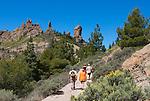 Spain, Gran Canaria, near Tejeda, Roque Nublo with walkers | Spanien, Gran Canaria, bei Tejeda, Wanderer am Roque Nublo