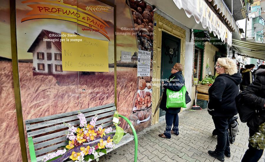 """- NAPOLI 20 FEB    2014 -Dramma a Casalnuovo, in provincia di Napoli. Eduardo De Falco, 38 anni, indossava i vestiti da lavoro quando ha deciso di farla finita. Il titolare del panificio-pizzeria """"Speedy Pizza"""" - secondo quanto ha riferito il fratello - ha fatto ritorno dal lavoro verso le 5 ed ha parcheggiato l'auto sotto la propria abitazione, al Corso Umberto I. Poi ha collegato con un tubo di gomma lo scarico dell'auto all'abitacolo ed ha inalato il gas di scarico che lo ha ucciso."""