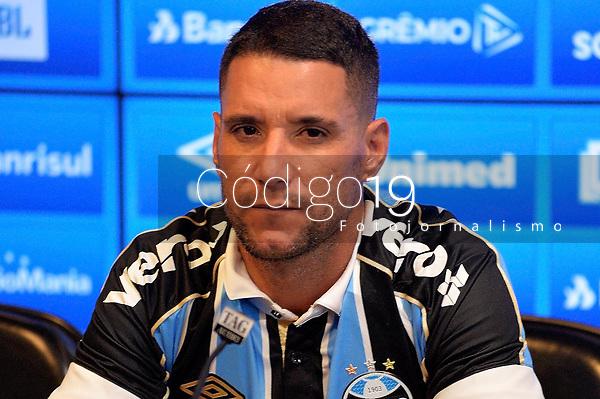 PORTO ALEGRE, RS, 28/01/2020 - THIAGO - GREMIO -  O presidente Romildo Bolzan, do Grêmio, apresenta o meia atacante Thiago Neves, durante coletiva, na sala de imprensa do C.T. Luiz Carvalho, em Porto Alegre, nesta terça-feira (28).