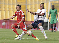 BOGOTÁ -COLOMBIA, 18-01-2015. Ayron del Valle (Izq) jugador del América de Cali disputa el balón con Andres Varon (R) jugador de Unión Magdalena durante partido por la fecha 2 de los cuadrangulares de ascenso Liga Aguila 2015 jugado en el estadio El Campín de la ciudad de Bogotá./ BOGOTÁ -COLOMBIA, 18-01-2015. Mauricio Mendoza (Izq) jugador del América de Cali disputa el balón con Andres Varon (R) jugador de Unión Magdalena durante partido por la fecha 2 de los cuadrangulares de ascenso Liga Aguila 2015 jugado en el estadio El Campín de la ciudad de Bogotá./ Mauricio Mendoza (L) player of America de Cali vies for the ball with Andres Varon (R) player of Union Magdalena during match for the second date of the promotional quadrangular Aguila League 2015 played at El Campin stadium in Bogotá city. Photo: VizzorImage/ Gabriel Aponte / Staff (L) player of America de Cali vies for the ball with Andres Varon (R) player of Union Magdalena during match for the second date of the promotional quadrangular Aguila League 2015 played at El Campin stadium in Bogotá city. Photo: VizzorImage/ Gabriel Aponte / Staff