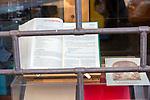 Milano, 25 aprile2020<br /> negozio chiuso durante la quarantena. L'Apocalisse in vetrina