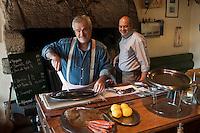 Europe/France/Bretagne/56/Morbihan/Carnac: Marc Brosolo cuit à la cheminée ses poissons au restaurant: La Calypso [Non destiné à un usage publicitaire - Not intended for an advertising use]