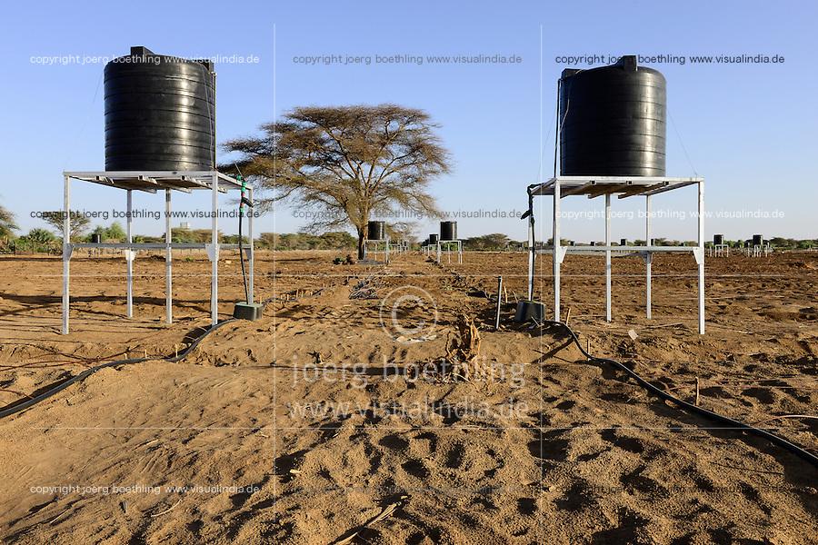 KENYA, Lodwar, 65 accres NAPUU drip irrigation scheme by the county government, the water is pumped by a solar powered pump to a large tank from where water flows by gravity to the small tanks for the drip irrigation of vegetable fields / KENIA Turkana, Lodwar, 30 ha grosse Farm mit Troepfchenbewaesserung, das Wasser wird mit Hilfe einer solar betriebenen Pumpe aus einem Brunnen gefoerdert und in gtossen Tanks zwischen gespeichert, durch Gravitation werden die kleinen Tanks in den Gemuesefeldern fuer die Troepfchenbewaessrung gefuellt