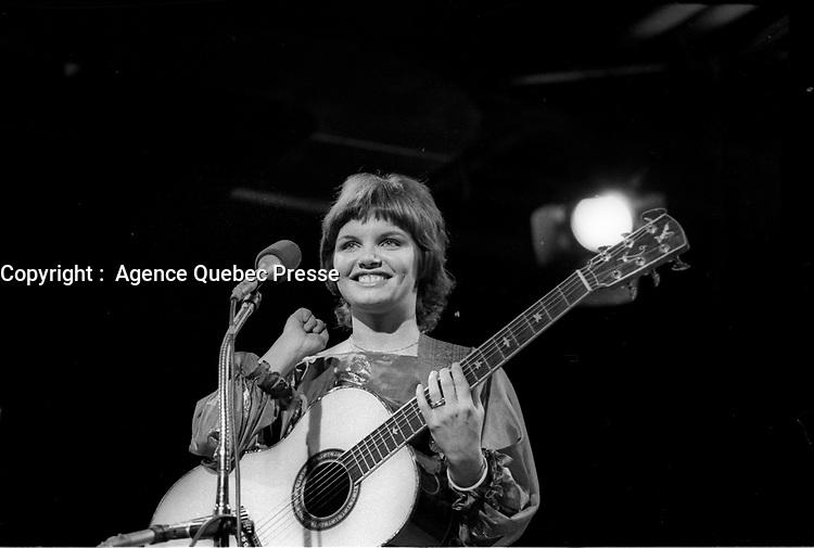 La chanteuse quebecoise  Diane Tell<br /> a ses debuts,entre 1977 et 1983 (date exacte inconnue) <br /> <br /> PHOTO :  Agence Quebec Presse<br /> <br /> Révélée en France en 1981 avec la chanson Si j'étais un homme qui connaît un certain succès. En 1981, Diane Tell est le phénomène de l'année au Québec. En 1982, elle est la première artiste féminine à connaître un véritable succès populaire en tant qu'auteur compositrice et interprète. Elle s'installe en 1983 en France