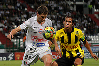 MANIZALES -COLOMBIA, 01-09-2013. Patricio Perez (I) de Once Caldas disputa el balón con Rafael Carrascal (D) de Alianza Petrolera  válido por la fecha 8 de la Liga Postobón II 2013 jugado en el estadio Palogrande de la ciudad de Manizales./ Once Caldas player Patricio Perez (L) fights for the ball with Alianza Petrolera player Rafael Carrascal (R) during match valid for the 8th date of the Postobon  League II 2013 at Palogrande stadium in Manizales city. Photo: VizzorImage/Yonboni/STR