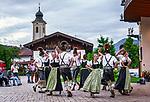 Deutschland, Bayern, Chiemgau, Achental, Schleching: Dorffest auf dem Dorfplatz mit Volkstanzgruppe | Germany, Bavaria, Chiemgau, Achen Valley, Schleching: village fête at village square with folk dance group