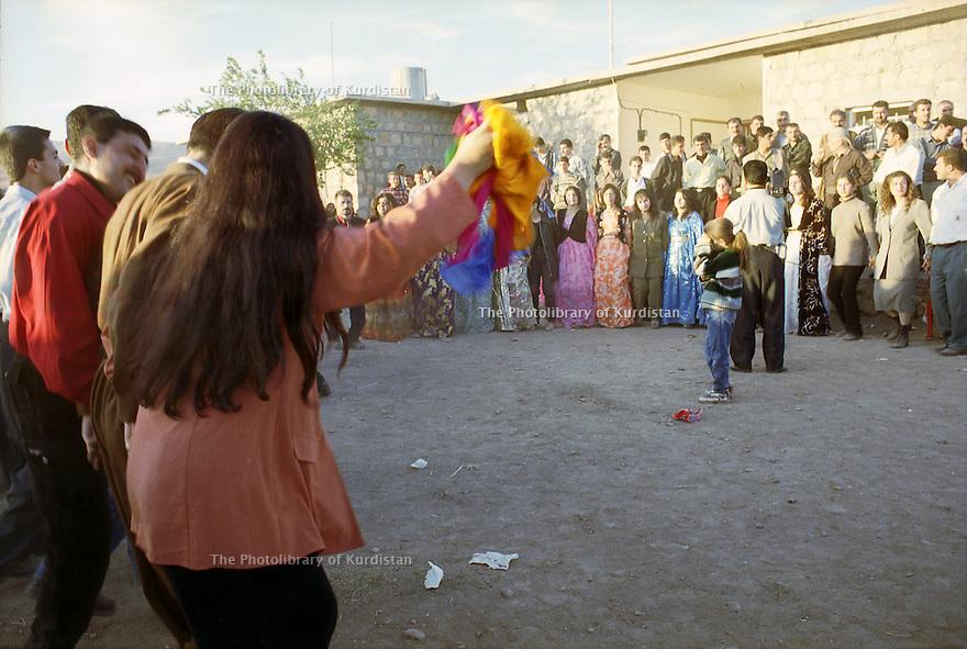 Irak 2000  Danses au cours d'un mariage à coté de Kala Diza    Iraq 2000  Dance at a wedding party near Kala Diza