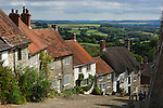 Great Britain, England, Wiltshire, Shaftesbury: Gold Hill with traditional cottages | Grossbritannien, England, Wiltshire, Shaftesbury: Gold Hill mit traditionellen Cottages