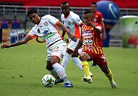 PEREIRA-COLOMBIA, 10–10-2020: Delio Ramirez de Deportivo Pereira y Yadir Meneses de Envigado F. C. disputan el balon, durante partido de la fecha 13 entre Deportivo Pereira y Envigado F. C., por la Liga BetPlay DIMAYOR 2020, jugado en el estadio Hernan Ramirez Villegas de la ciudad de Pereira. / Delio Ramirez of Deportivo Pereira and Yadir Meneses of Envigado F. C. vies for the ball, during match of 13th date between Deportivo Pereira and Envigado F. C., for the BetPlay DIMAYOR League 2020 played at the Hernan Ramirez Villegas in Pereira city. / Photo: VizzorImage / Pablo Bohorquez / Cont.