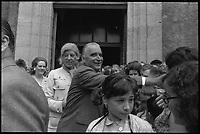 7 Juillet 1969. Vue de Madame et Monsieur Pompidou dans un bain de foule devant la mairie de Cajarc.