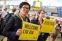 """China hat am Dienstag den 10. Juli 2018 die Witwe von Friedensnobel-Preistraeger und Schriftsteller Liu Xianbin freigelassen. Liu Xia stand seit 2010 unter Hausarrest und flog noch am Tag ihrer Freilassung nach Deutschland.<br /> Am Flughafen in Berlin Tegel warteten dutzende Journalisten und einige Mitglieder der Menschenrechtsorganisation Amnesty International auf Liu Xia. Sie wurde jedoch ueber den nichtoeffentlichen Teil des Flughafens abgeholt.<br /> Im Bild: Mitglieder von Amnesty International mit Schildern """"Willkommen Liu Xia"""" in Englisch und Chinesich.<br /> 10.7.2018, Berlin<br /> Copyright: Christian-Ditsch.de<br /> [Inhaltsveraendernde Manipulation des Fotos nur nach ausdruecklicher Genehmigung des Fotografen. Vereinbarungen ueber Abtretung von Persoenlichkeitsrechten/Model Release der abgebildeten Person/Personen liegen nicht vor. NO MODEL RELEASE! Nur fuer Redaktionelle Zwecke. Don't publish without copyright Christian-Ditsch.de, Veroeffentlichung nur mit Fotografennennung, sowie gegen Honorar, MwSt. und Beleg. Konto: I N G - D i B a, IBAN DE58500105175400192269, BIC INGDDEFFXXX, Kontakt: post@christian-ditsch.de<br /> Bei der Bearbeitung der Dateiinformationen darf die Urheberkennzeichnung in den EXIF- und  IPTC-Daten nicht entfernt werden, diese sind in digitalen Medien nach §95c UrhG rechtlich geschuetzt. Der Urhebervermerk wird gemaess §13 UrhG verlangt.]"""