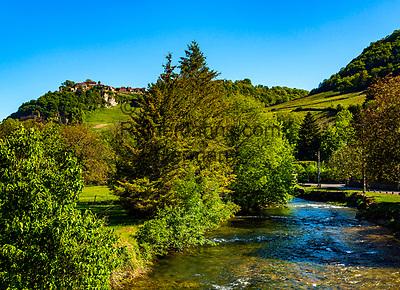 Frankreich, Bourgogne-Franche Comté, Département Jura, Château-Chalon: klassifiziert als eines der Plus beaux villages de France (Schoensten Doerfer Frankreichs), bekannt für den Vin Jaune aus der Weinbauregion Château-Chalon, im Vordergrund das Fluesschen La Seille   France, Bourgogne-Franche Comté, Jura Department, Château-Chalon:  classified as one of France's most beautiful villages, famous for Vin Jaune of winegrowing region Château-Chalon, river La Seille