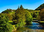 Frankreich, Bourgogne-Franche Comté, Département Jura, Château-Chalon: klassifiziert als eines der Plus beaux villages de France (Schoensten Doerfer Frankreichs), bekannt für den Vin Jaune aus der Weinbauregion Château-Chalon, im Vordergrund das Fluesschen La Seille | France, Bourgogne-Franche Comté, Jura Department, Château-Chalon:  classified as one of France's most beautiful villages, famous for Vin Jaune of winegrowing region Château-Chalon, river La Seille