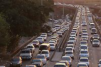 SAO PAULO, SP, 05 DE MARCO 2013, TRANSITO. Transito na Ligação Leste Oeste na manhã dessa t.erça-Feira (05) na altura do bairro da Liberdade. LUIZ GUARNIERI/BRAZIL PHOTO PRESS.