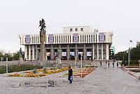 Manas-Denkmal vor Philharmonie, Bishkek, Kirgistan, Asien<br /> Manas monument in front of the philharmonic hall, Bishkek, Kirgistan, Asia